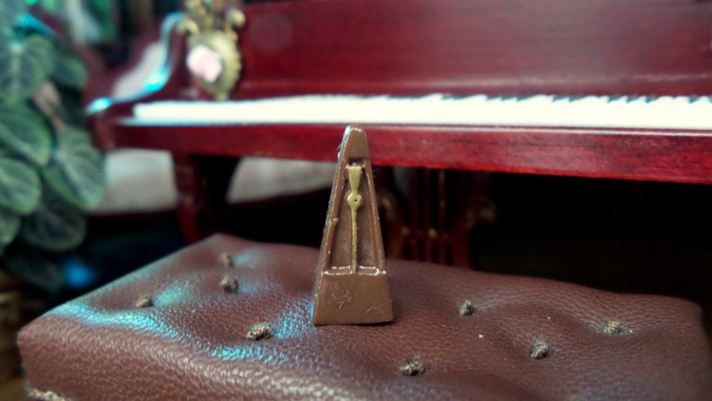 M tronome miniature en m tal accessoire musique for Decoration accessoire maison