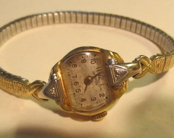 Vintage Ladies Helbros 14K Gold & Diamond Watch With Band In Great Working Condition