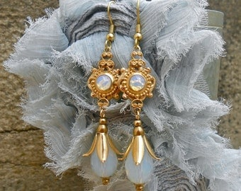 Elegant earrings Retro Victorian Cabochons old and drops of glass Opal gross gold brass