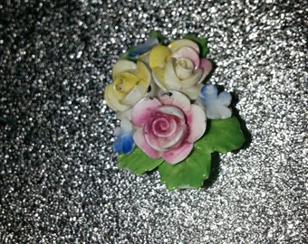 Beautiful vintage ceramic flower bouquet brooch in excellent condition.