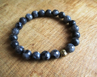 HANDMADE Zwart grijze labradoriet armband met messing boeddha