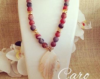 Collar en agatas colores tierra y hoja en madre perla. Collar ajustable anudado.