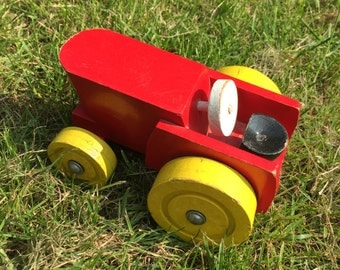 Vintage wooden tractor - 1960/1970's. Nice brightcoloured toy.