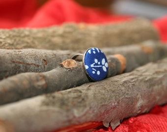 """Traditional blue-dye fabric covered button ring. Small size (32L/0,80""""/20 mm)"""