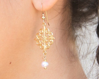 White Pearls Gold Earrings, Gold Filigree, Lace Filigree Earrings, Bridal Earrings, Wedding Gift, Bridesmaids Gift, Vintage Jewelry, Gift.