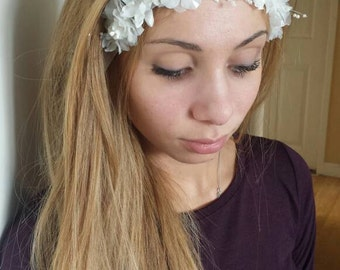 White floral elastic hairband.