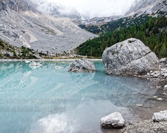Poster / Photography Fine Art Print - Scenic turquoise mountain lake in the alps, Dolomites, Italy - 30 cm x 45 cm