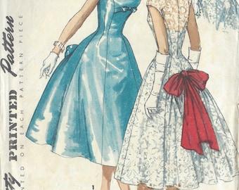 1956 Vintage Sewing Pattern B34 DRESS (R977) Simplicity 1677