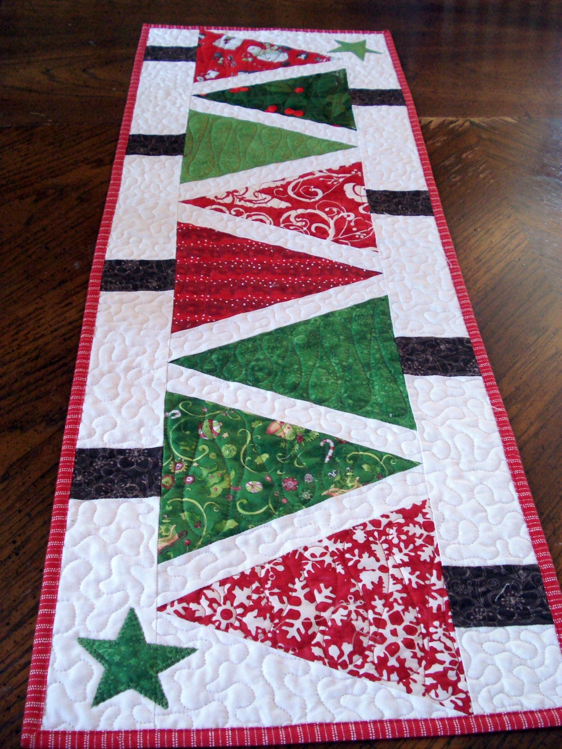 quilted table runner modern christmas trees narrow runner red. Black Bedroom Furniture Sets. Home Design Ideas