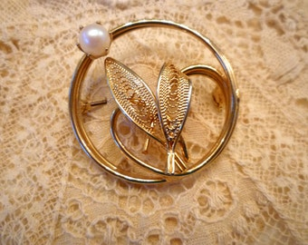 Gold Circle Brooch with Leaf Pearl Motif