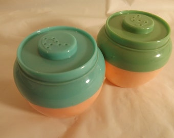 FREE SHIPPING Salt and Pepper shakers retro vintage (Vault 2)