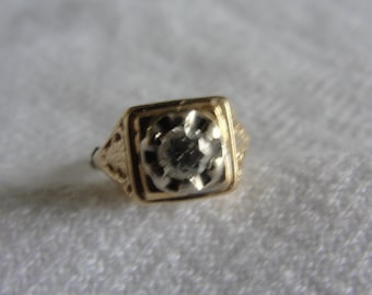 Antique ring1/4 ct diamond in 14k yellow gold size 3.75