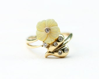 Flower Lucite Ring, Gold Flower Ring, Lucite Ring, Gold Ring, 1950s Gold Ring, Unique Gold Ring, Flower Ring, Yellow Gold Ring, Size 7.25