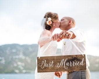 JuST MaRRieD SiGn - WeDDiNG PRoP - Just Maui'd Sign - Sweetheart Table Decor - Thank You Sign - Rustic Stained WeDDinG  SiGn - 17 x 5