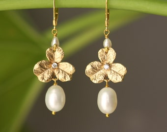 Clover Leaf, White Pearls, Summer Trends, Wedding Party, for Bridal Mom, for Groom Mom, Bridal Shower, Birthday Gift for Wife, for Sister