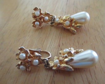 Vintage costume jewelry  /  pearl clip on earrings