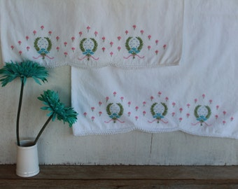 Vintage Embroidered Pillowcases // Set of 2 // Hand Embroidered // Set of 2