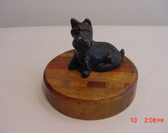 Vintage Metal Black Scottish Terrier Dog Mounted On Wood Circle   16 - 482