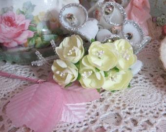 Petite Rollo Cabbage Roses in Lemon Cello-1 bunch