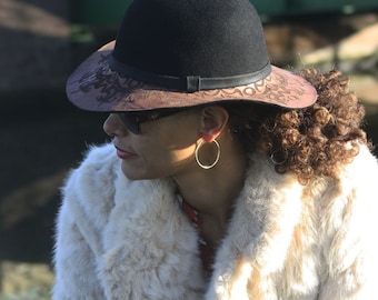 laser engraving wide brimmed hat, fall fashion, spring fashion, fall accessoires