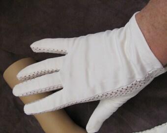 Beautiful Ladies Vintage White Soft Wrist Gloves (16A)