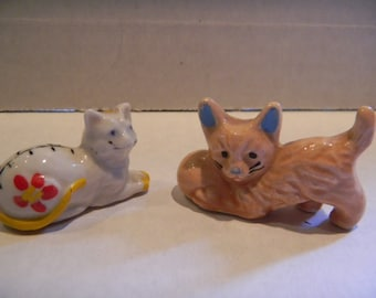 Vintage miniature cat figurines with lovely coloring..set of two