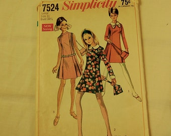 Vintage 1970s Simplicity Fashion Pattern 7524 Junior and Misses' dress in a Fitted Cut
