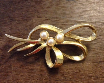 Gold Bow W/ Three Pearls Twisty Knot Brooch