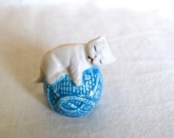 Vintage kitten figurine...kitty on a ball of yarn.
