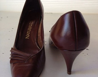 ON SALE vintage. PUMPS. heels. Leather. chocolate. Brown. 1980s. Size 9 1/2.