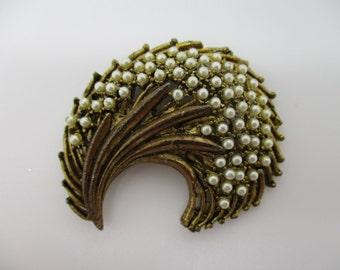 Gold Tone Modernist Styled Unsigned Faux Pearl Brooch