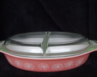 Vintage Pink and White Daisy Pyrex , Covered Casserole,  Vintage Kitchen Decor ,1.5 Quart Covered Divided Dish , 1950's Kitsch
