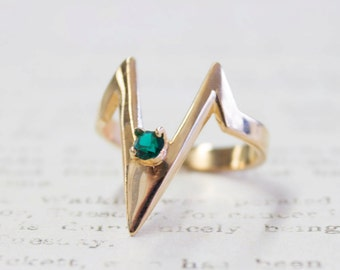Vintage 1980s set with Emerald Swarovski Crystal Mid Ring V Shaped 18k Gold Electroplated Size 4 Made in USA New Old Stock #R1093