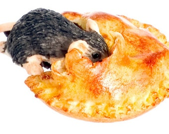 DOLLHOUSE MINIATURE Mouse With Mince Meat Pie #JU1083
