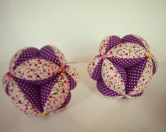 Ball gripping Montessori, in purple tones.
