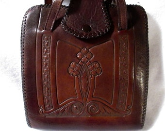 Vintage Art Nouveau Handbag  from the 30's with a beautiful design.