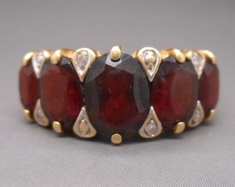 Wonderful Early Vintage 18 Carat Gold Garnet Diamond Ring 4.72 Grams.