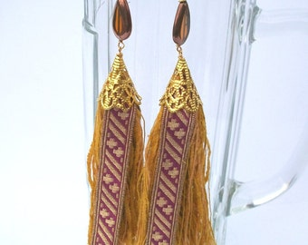 Tassels earrings in gold and zyklam with 50-year-old monastery treasure tapes, also available as ear clip