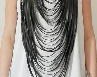 Collana lunga. Maxicollana camera d'aria riciclata e anelli metallo. Handmade. Colori nero e argento. Regalo per lei.