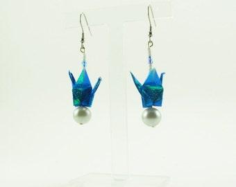 Bijou en origami. Boucles d'oreilles grue en origami bleu iridescent avec perles grises. Fait-main, hypoallergénique.