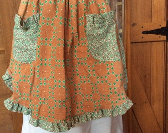 FLOUR SACK APRON with ruffles and two pockets. Vintage buttons. Vintage pattern.