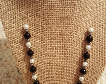 Black and white beaded necklace with toggle cladp