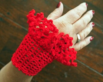 Gehaakte rode polswarmers met knoopjes