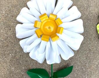 Recycled Metal Flower Garden Daisy, Aluminum, Yard Art, Lawn Stake
