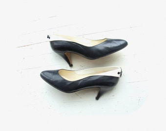 Vintage 50's / 60's leather pumps in navy / white size UK small 4