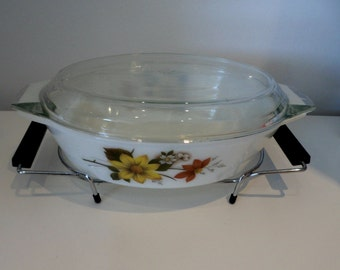 Vintage pyrex casserole dish with stand flower/daisy pattern, original box