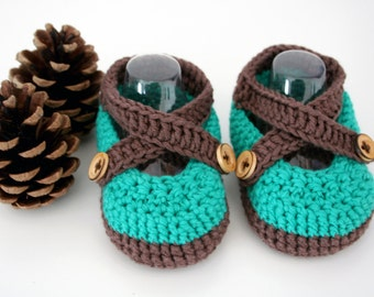 Organic fair-trade baby booties, sandals, handmade, with wooden buttons, 0-3 months.