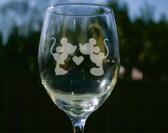 Mickey Mouse Kissing Minnie Mouse | Etched Wine Glass