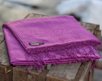 Purple Cashmere shawl handmade with subtle Paisley Muster