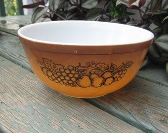 Pyrex mixing bowl 1970- old orchard pattern- 2 1-2  quart bowl-number 403